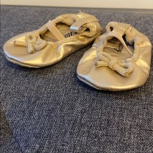 NWOT gold old navy baby shoes size 0-3month